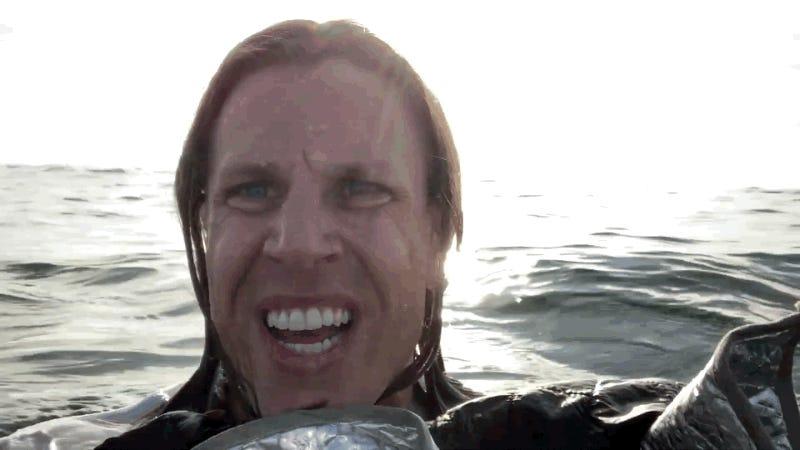 Una pareja se graba en mitad del océano después de que su avión se estrellara