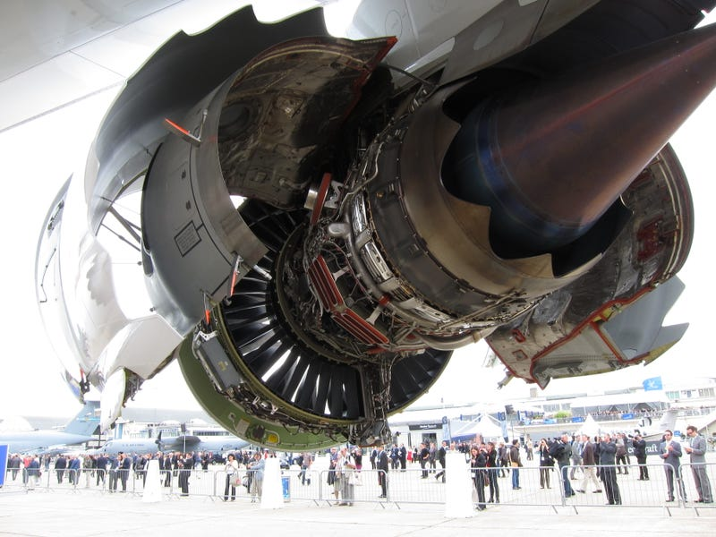Illustration for article titled Cool photos of jet engines with their shell open