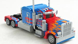 Illustration for article titled Esta réplica de Optimus Prime en Lego se puede transformar en robot