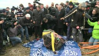 Illustration for article titled Recuperan un fragmento de media tonelada del meteorito caído en Rusia