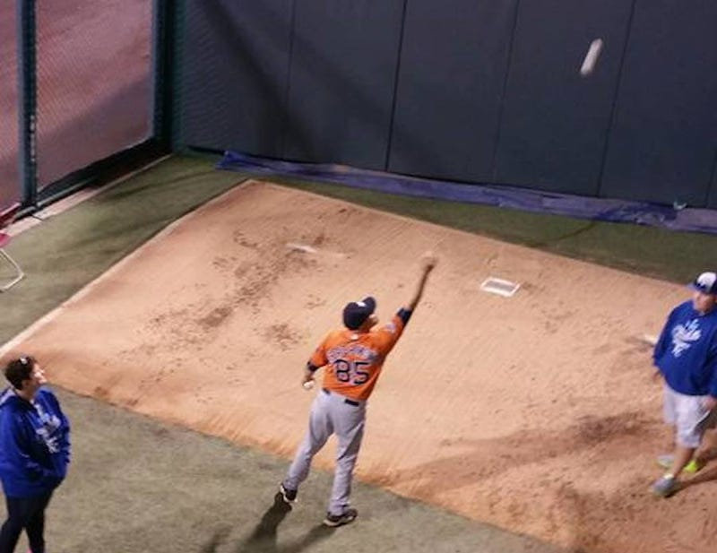 Illustration for article titled Astros Bullpen Catcher Gives Away Gear After Being Eliminated By Royals