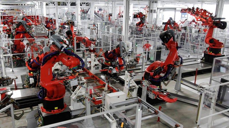 Robots en una fábrica de Tesla. Imagen: Paul Sakuma/AP