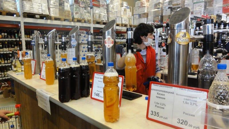 Illustration for article titled Palackba csapolják a sört a szupermarketben