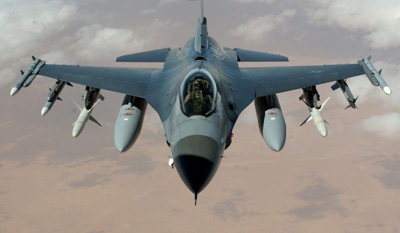 Illustration for article titled Así entrena un F-16 sus capacidades de disparo: derribando drones