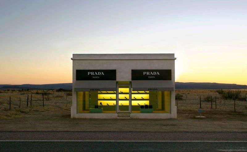 Hay una tienda de Prada al lado de una carretera de Texas que nunca abre y solo tiene zapatos de talla 37