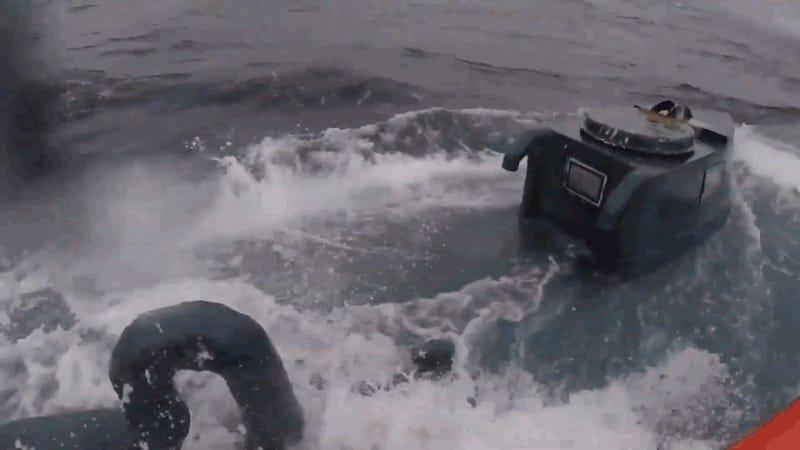 La alucinante secuencia de la Guardia Costera persiguiendo un sumergible con 7 toneladas de cocaína