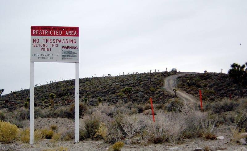 Borde y aviso de no pasar en el Area 51. Wikimedia Commons