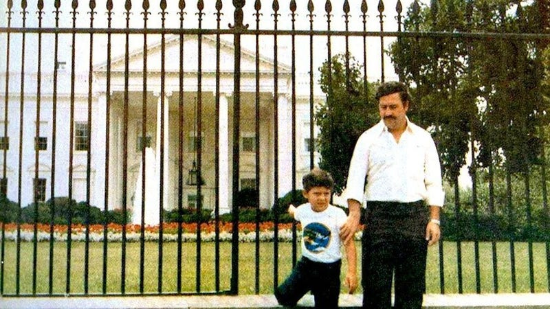 Illustration for article titled Cómo es posible que Pablo Escobar se hiciera una foto delante de la Casa Blanca cuando ya era perseguido por la DEA