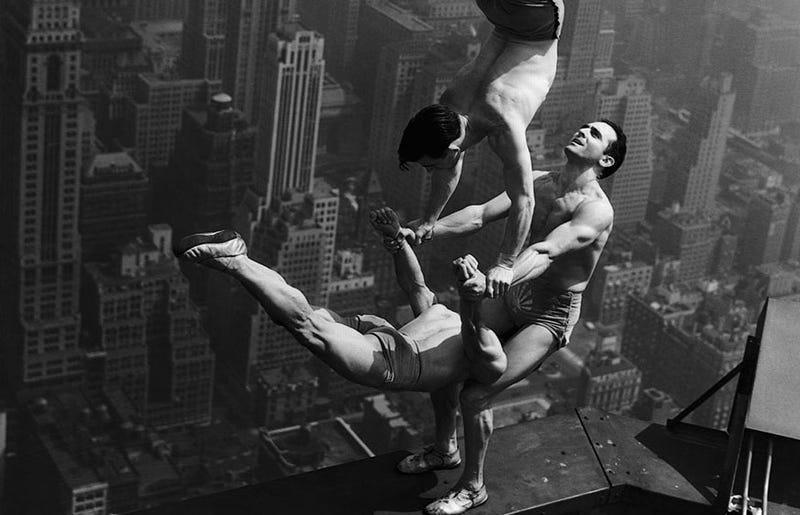 Illustration for article titled Cómo se hizo esta impresionante fotografía: acróbatas a más de 300 metros de altura en la cima del Empire State Building