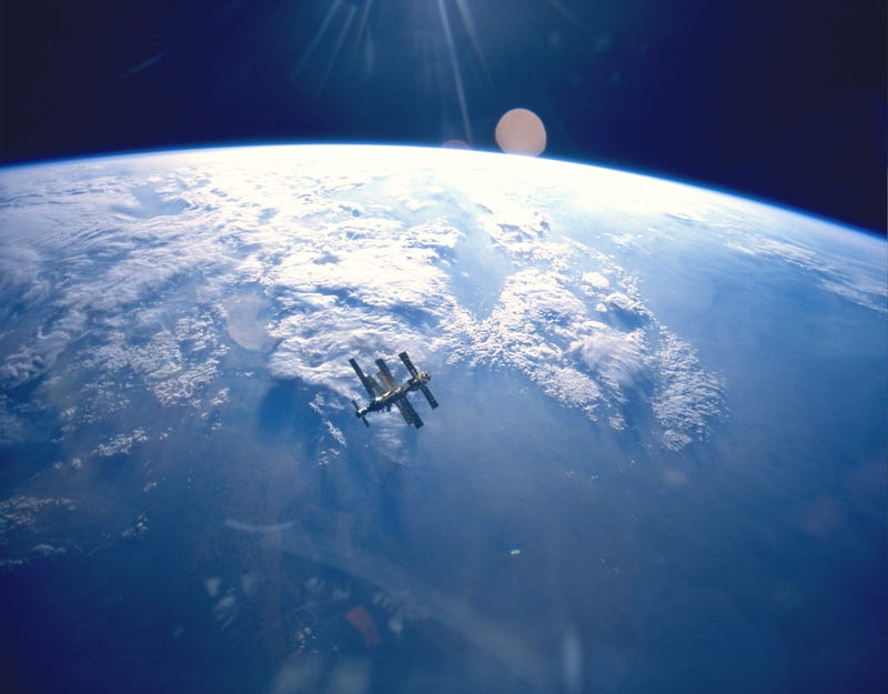 Illustration for article titled Amazing photo of the MIR space station against the immensity of Earth