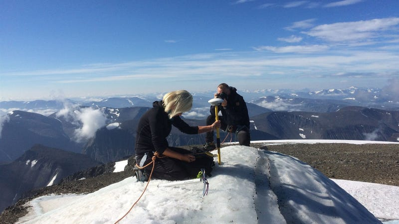 Researcher Gunhild Ninis Rosqvist measures the height of the south peak at Kebnekaise.