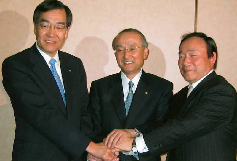 Toyota President (center), Fuji Heavy Industries President (left) and Daihatsu Motor Co. President (right) agreed on joint ventures in 2008.