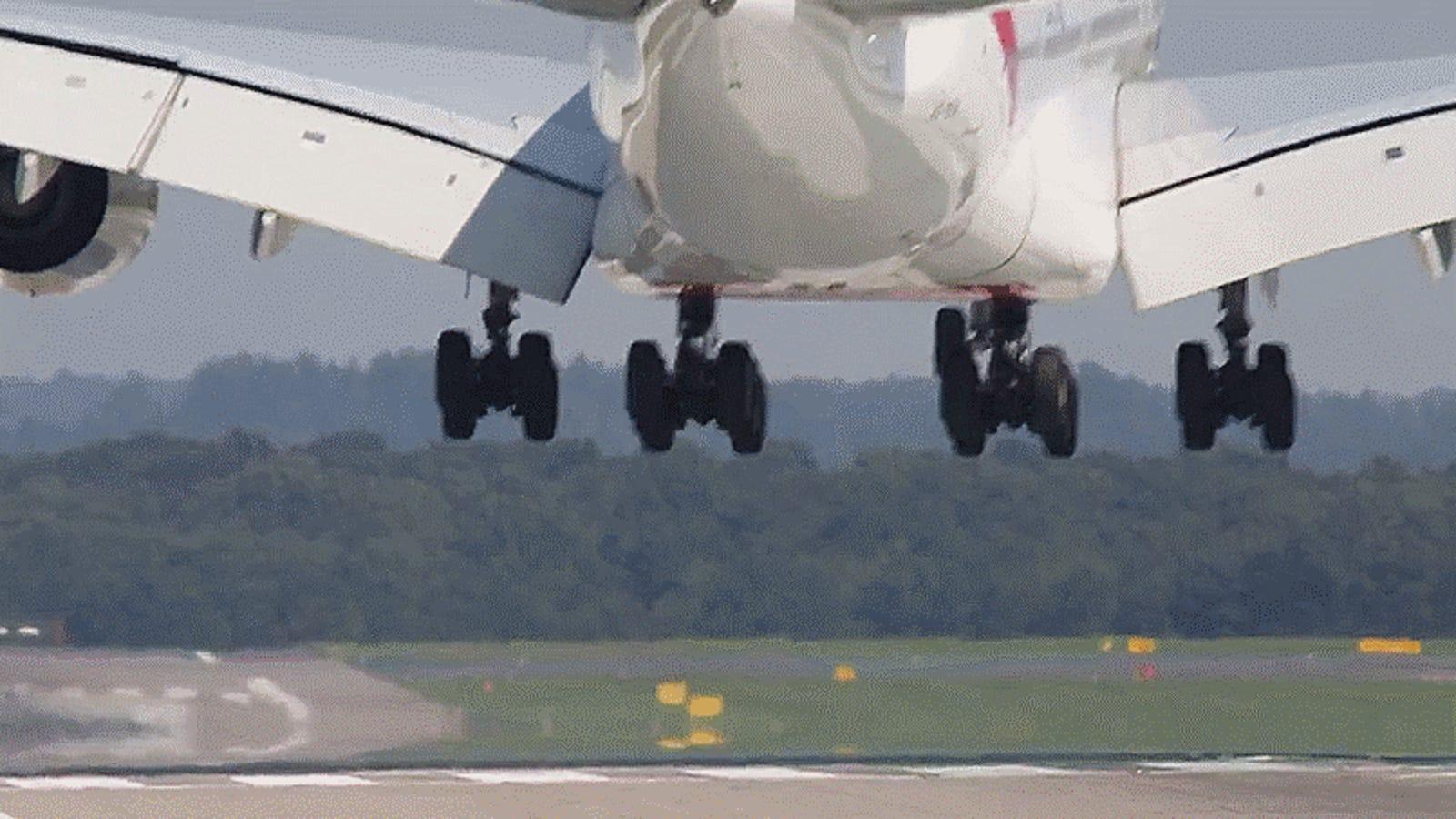 Cuando el avión comercial más grande del mundo aterriza con viento cruzado