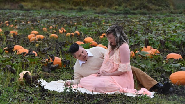 These Unique Maternity Photos Took a Decidedly Dark, Alien Twist