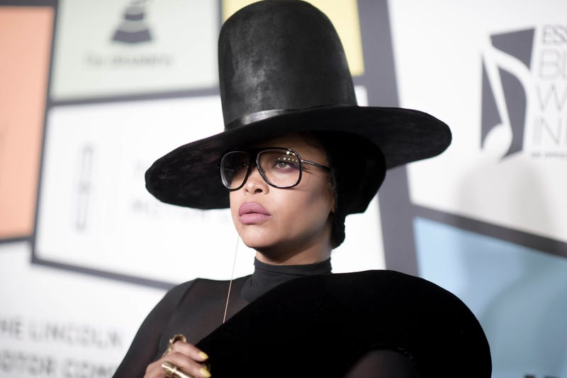 Illustration for article titled Black Twitter Tells Erykah Badu to Have a Window Seat After 'Coming to R. Kelly's Defense' at Chicago Concert [Updated]