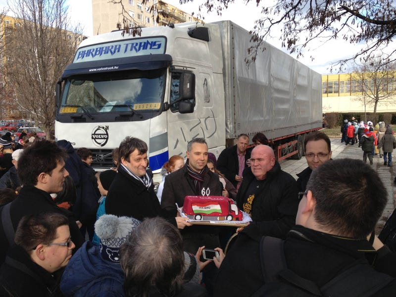 Illustration for article titled Rákvörösen húzott kamiont a visszatérő erőművész