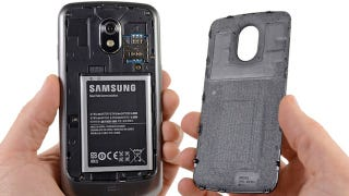 Illustration for article titled iFixit's Galaxy Nexus Teardown Reveals a Dirty NFC Secret