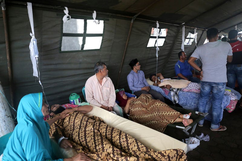 Earthquake victims receive medical treatment at a makeshift a hospital. (Image: AP/Heri Juanda)