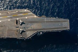 Illustration for article titled Dos F-35 descansando sobre el USS Nimitz antes de despegar