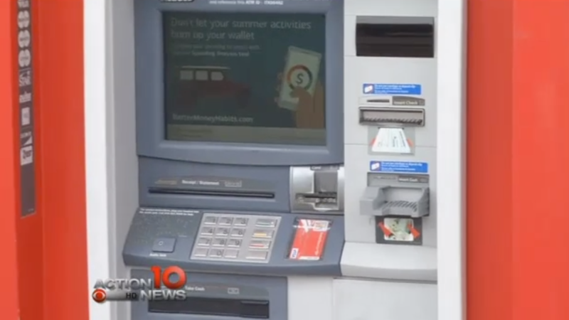 Rescatan a un hombre que se quedó atrapado dentro de un cajero y pedía auxilio por donde salen los billetes