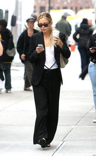 Illustration for article titled Kate, Pedestrians Do Public PDA