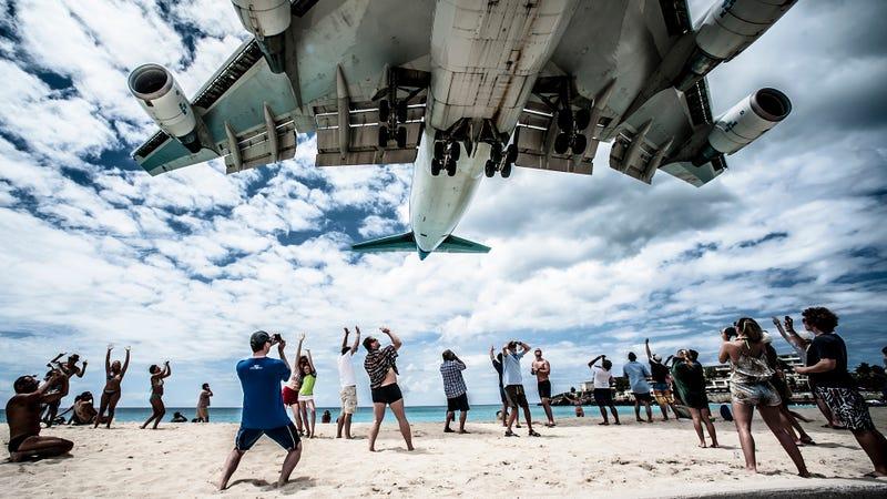 Una vista de un avión aterrizando en el aeropuerto. Crédito de la fotografía: Princess Juliana International Airport