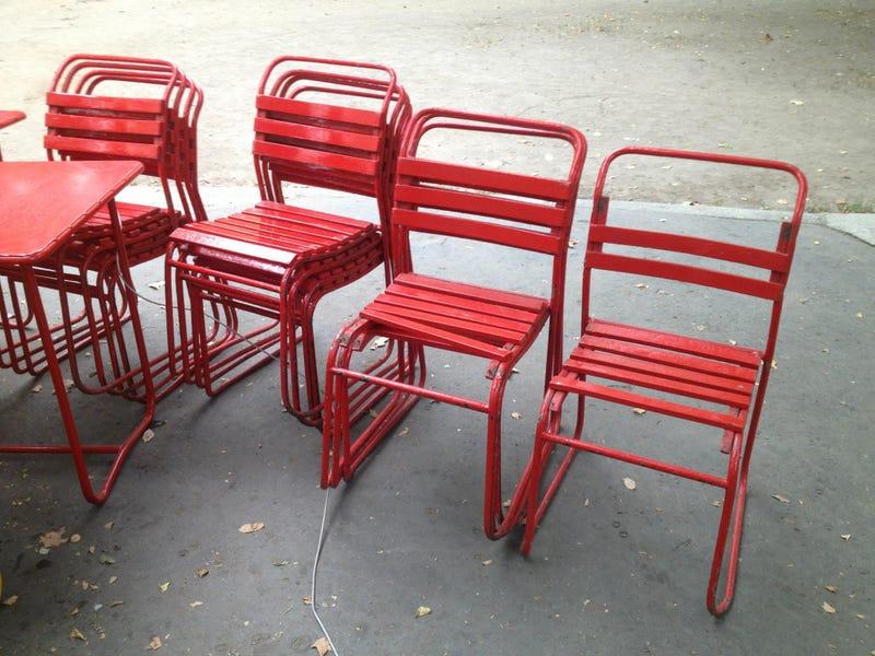 Illustration for article titled Ellopták a Pántlika piros székeit