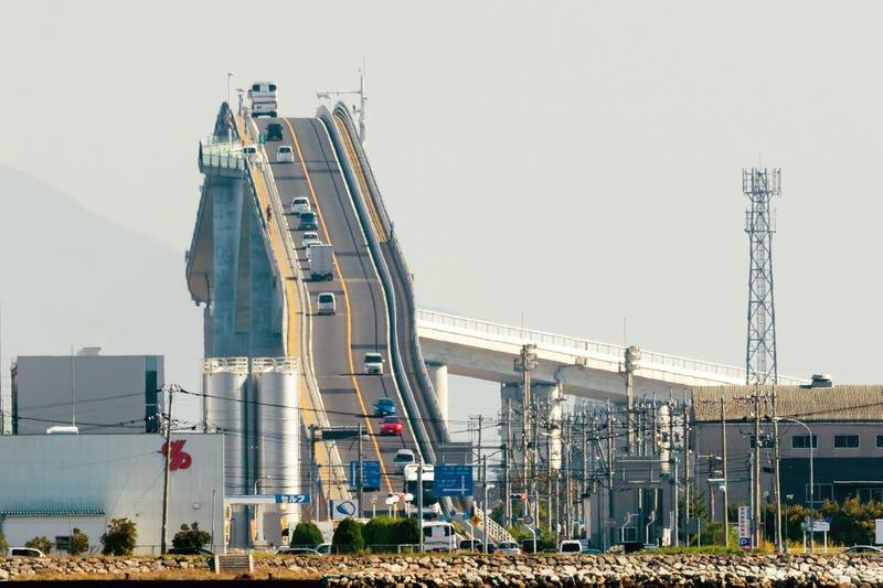 Illustration for article titled El puente japonés imposible que ves en tantos virales tiene una explicación muy sencilla