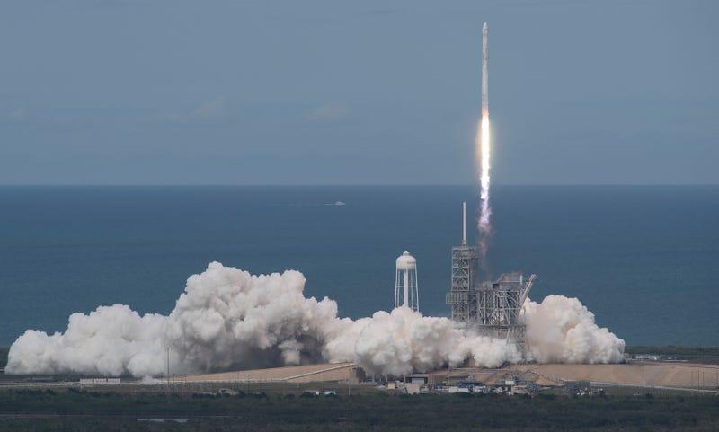 Un cohete Falcon 9 de SpaceX despega desde el Centro Espacial Kennedy de la NASA.