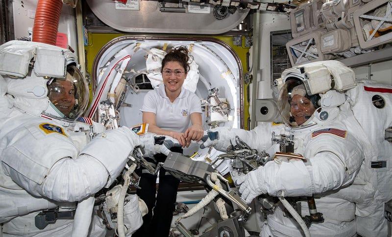 Cristina Koch (centro( junto a sus compañeros Nick Hague y Anne McClain en su traje de astronauta preparándose para el paseo que realizaron el pasado 22 de marzo.