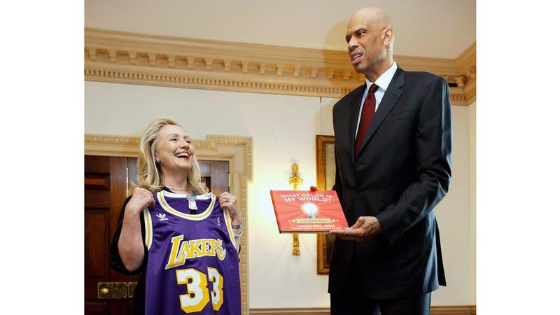 Illustration for article titled Kareem Abdul-Jabbar Gives Hillary Clinton the Stinkface