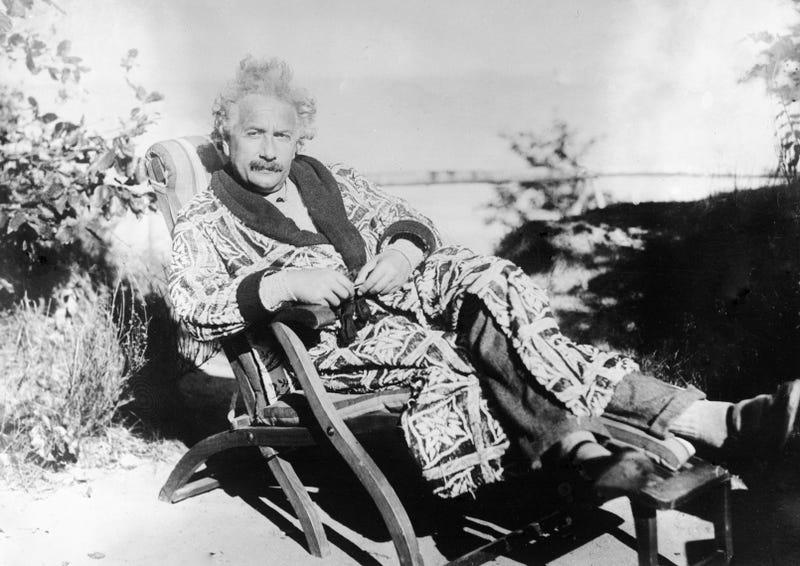 Einstein en el jardín de su casa en Luebeck en 1928. AP