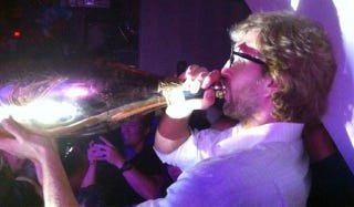 Illustration for article titled Here's Finals MVP Dirk Nowitzki Das Booting An $80K Bottle Of Champagne