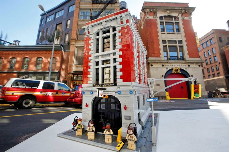 Illustration for article titled Here Are the First Official Shots of the Lego Ghostbusters Firehouse HQ Set