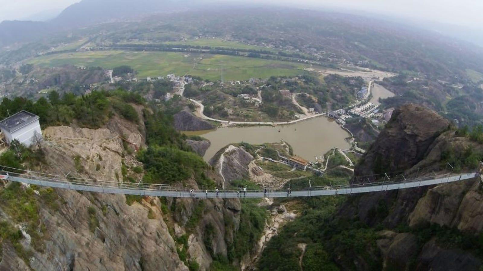 La pasarela de cristal más alta del mundo se agrieta, ocasionando pánico a turistas