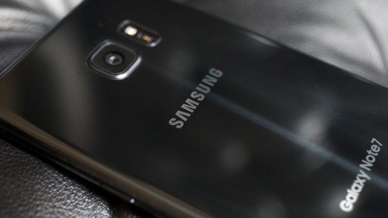 """Illustration for article titled Los Galaxy Note 7 que reemplace Samsung se identificarán con una letra """"S"""" azul en la caja"""