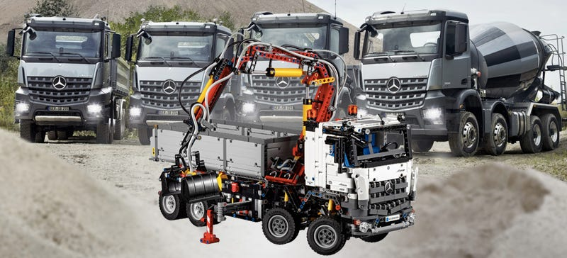 Illustration for article titled This Pneumatic Lego Mercedes Looks As Intricate As The Real Thing