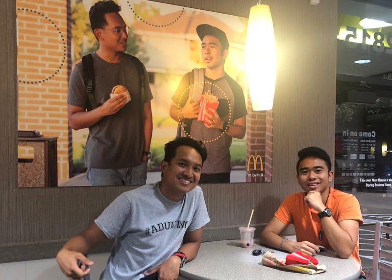 Illustration for article titled 51 días después, nadie ha descolgado el cartel falso que estos clientes colocaron en un McDonald's