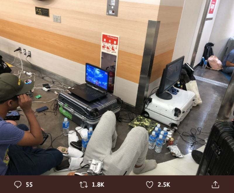 Illustration for article titled Stranded Pro Gamer Criticized For Using Airport's Electricity