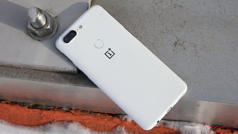 El OnePlus 5. (Foto: Sam Rutherford / Gizmodo)