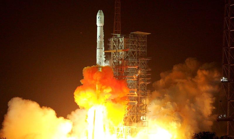Un cohete chino explota en una bola de fuego cerca de un pueblo después de poner dos satélites en órbita