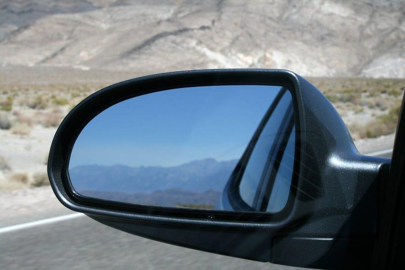 Illustration for article titled Cómo ajustar los espejos retrovisores de tu auto para eliminar cualquier punto ciego
