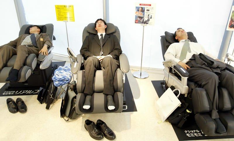 Asientos de descanso en los trabajos de Japón. AP