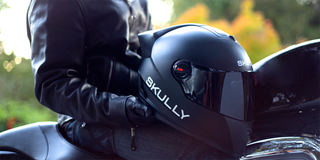Illustration for article titled Skully, un casco Android con proyector, cámara, controles de voz y GPS