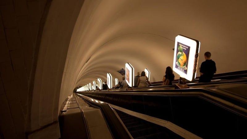 Esta estación de metro es tan profunda que la gente se sienta a leer en las escaleras mecánicas