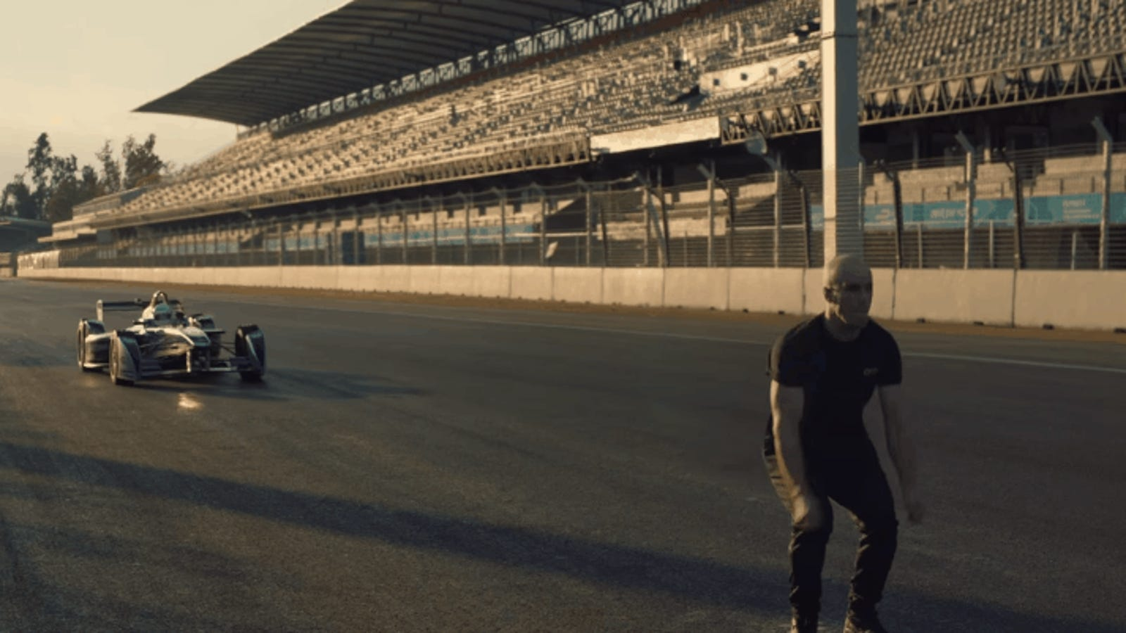 Parkour extremo: así es dar un salto de espalda sobre un auto de Fórmula E a 100 Km/h