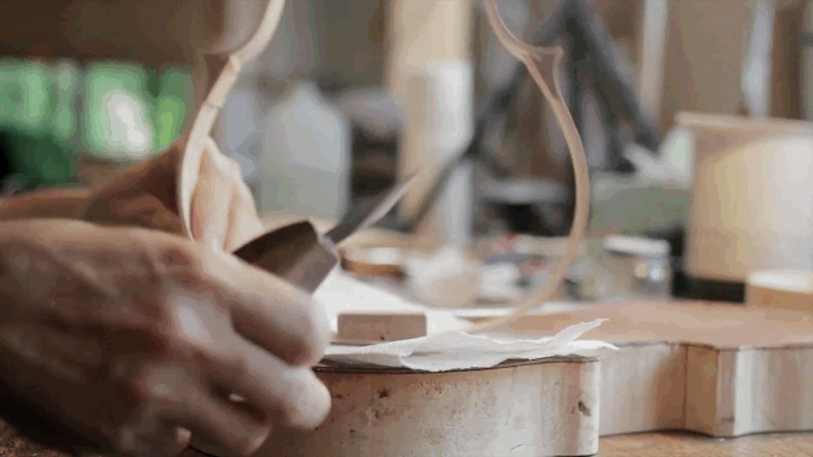 El fascinante proceso de creación de un violín artesanal