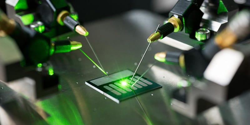 Illustration for article titled Esta antena óptica convierte luz en electricidad con más eficiencia que un panel solar