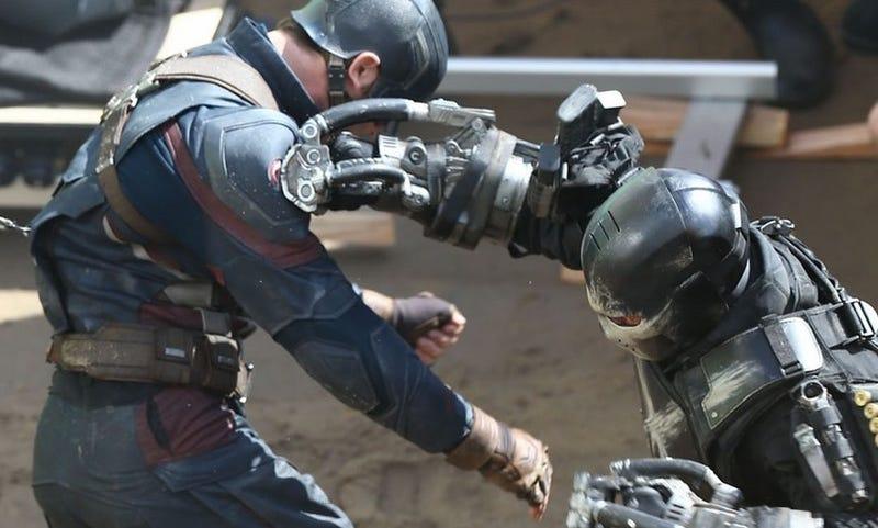 Illustration for article titled Capitán América y Crossbones se enfrentan en nuevas fotos de Civil War
