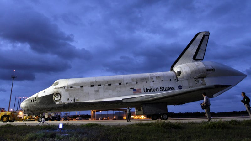 Illustration for article titled Breathtaking new photos of Space Shuttle Discovery preparing for its final flight